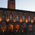 Вечерняя центральная площадь в Болоньи
