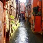 Вид из окна на типичный район Болоньи