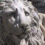Вход собора святого Лаврентия стерегут львы