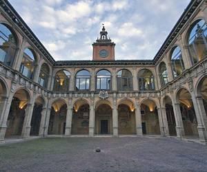 Университетский дворец - достопримечательность Болоньи