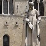 Статуя перед дворцом Пикколомини