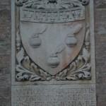 Герб на фасаде дворца нотариусов