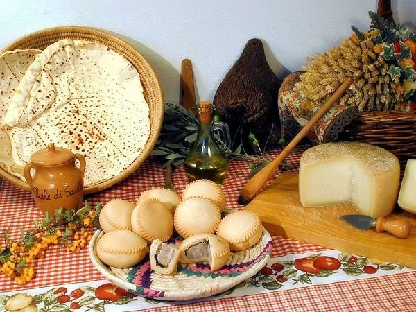 Кухня Сардинии - сыр Пекорино(справа) и Панаде