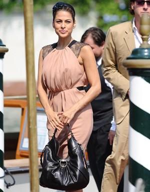 Ева Мендес с сумкой от Salvatore Ferragamo