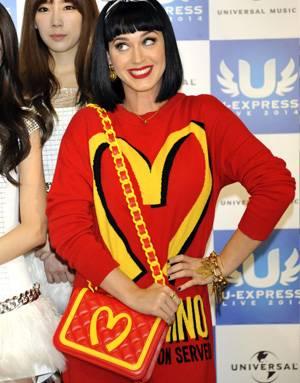 Кэти Перри с сумкой от Moschino