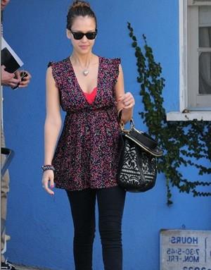 Джессика Альба с сумкой Dolce & Gabbana