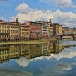 Река Арно протекает через Флоренцию